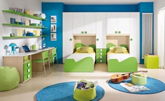 Dormitor pentru doi copii verde cu alb si accesorii albastre
