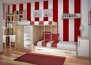 Tapet in dungi mari albe si rosii cu paturi supraetajate