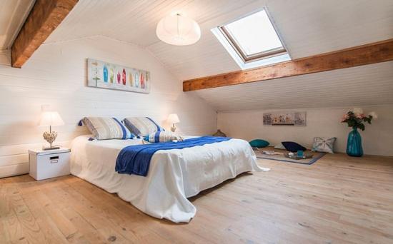 Amenajarea unui dormitor la mansarda in stil scandinav