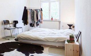 Covor din blana naturala in dormitor cu mobilier simplu din lemn natur