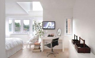 Dormitor alb cu spatiu de lucru amenajat