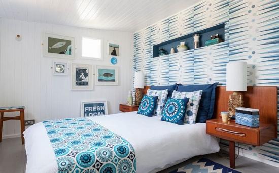 Dormitor alb cu tapet pe peretele din spatele patului