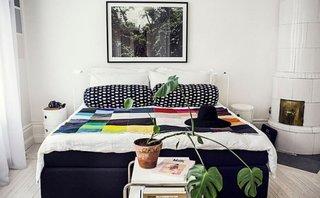 Pat colorat intr-un dormitor alb cu mobilier in stil scandinav