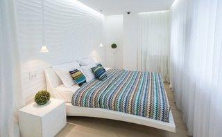 Perete de accent alb cu textura interesanta pentru un decor modern in dormitor