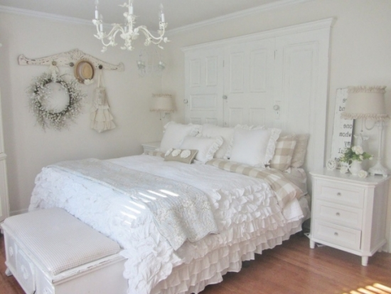 Camera alba cu pat si mobilier alb chic