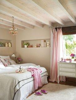 Dormitor cu design romantic si chic cu accente de roz pal