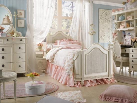 Dormitor cu ferestre supradimensionate amenajat in culori calde