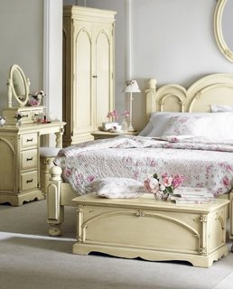 Dormitor romantic cu pat si mobilier shabby chic