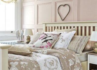 Dormitor roz pal cu accente shabby chic