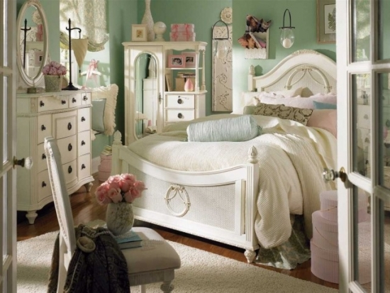 Dormitor shabby chic cu accesorii pastelate