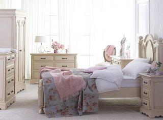 Mobilier alb intr-un dormitor cu ferestre mari