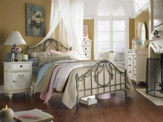 Pat cu cadru metalic pentru un dormitor romantic