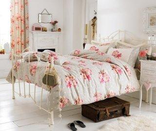 Pat de dormitor cu lenjerie cu model floral
