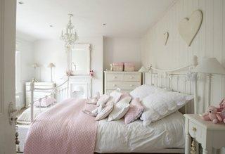 Pereti zugraviti in alb si accente decorative in culori calde