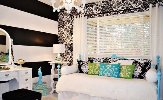 combinatie de alb, turcoaz si negru in decorarea unui dormitor