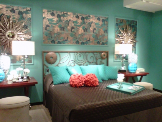Combinatie de maro inchis si turcoaz pentru dormitor