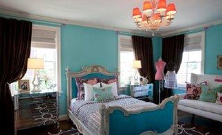 Dormitor clasic cu pat si pereti turcoaz