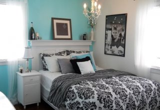 Dormitor cu mobila alba si pereti turcoaz