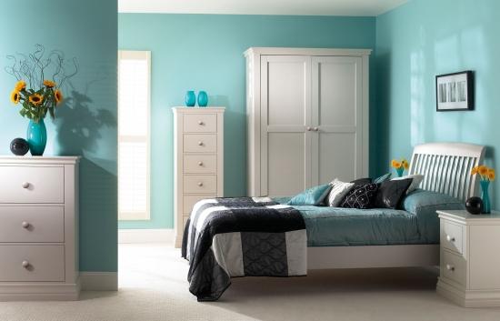 Mobila alba simpla de dormitor in combinatie cu zugraveala turcoaz