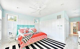 Pat vopsit in turcoaz si accesorii viu colorate pentru un dormitor luminos