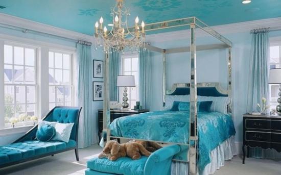 Tavan si piese de mobilier turcoaz pentru un dormitor luminos