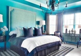 mobila clasica combinata cu culori indraznete mov si turcoaz