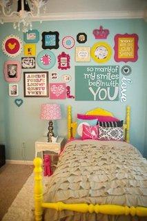 Perete din dormitor decorat cu tablouri special create pentru copii