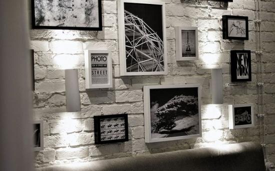 Decorarea peretelui de deasupra tabliei patului cu ajutorul unei colectii de tablouri