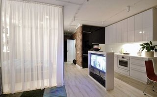 Dormitor separat de camera prin pereti din sticla si perdea din voal alb