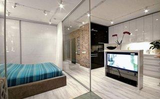 Dormitor si living in aceeasi camera cu vedere spre comoda TV