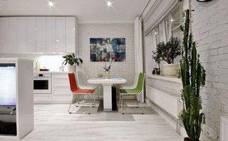 Masa din bucatarie alba cu scaune albe si colorate