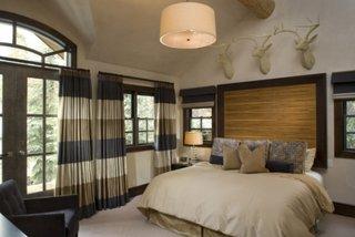 Draperii in nuante neutre pentru dormitor