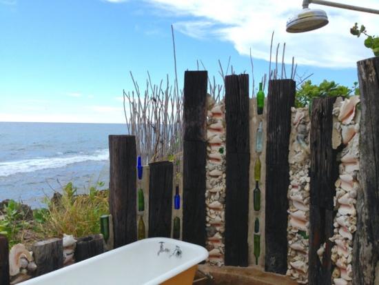 Amenajarea unui dus afara pe terasa cu vedere la mare
