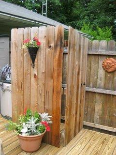 Cabina de dus de exterior din lemn