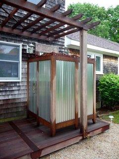 Cabina de dus de exterior din structura de lemn si plexiglas