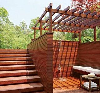 Terasa placata cu lemn si zona cu dus solar