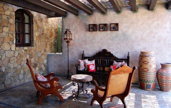 Terasa cu mobilier mexican si pergola acoperita cu rogojina
