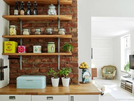 Bucatarie cu perete nefinisat din caramida