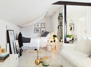Dormitor predominant alb ce prinde viata cu ajutorul accesoriilor colorate