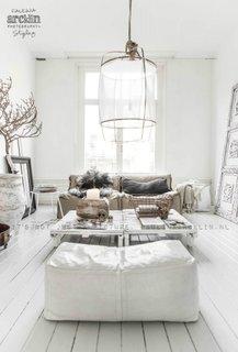 Interior predominant alb cu usoare accente de crem
