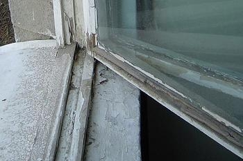 Fereastra veche cu geam si tamplarie din lemn