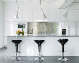 Bucatarie alba amenajata in stil minimalist