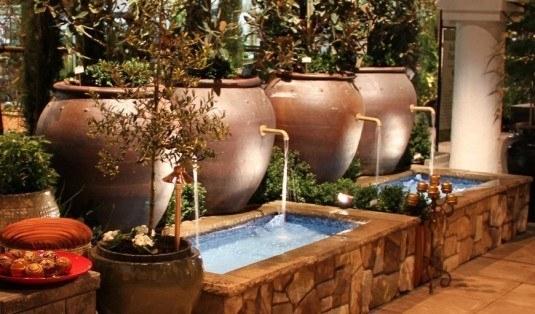 Apa curgatoare din vase mari de ceramica