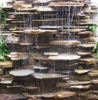 Cascada cu iesiri in relief pentru directionarea apei