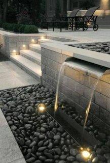 Combinatie reusita de apa,pietre naturale si spoturi de lumina