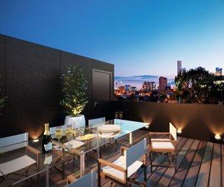 Terasa pe acoperis cu mese din sticla si scaune cu sezut de panza alba