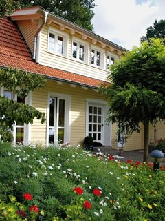 Casa cu exterior modern si acoperis din tigla