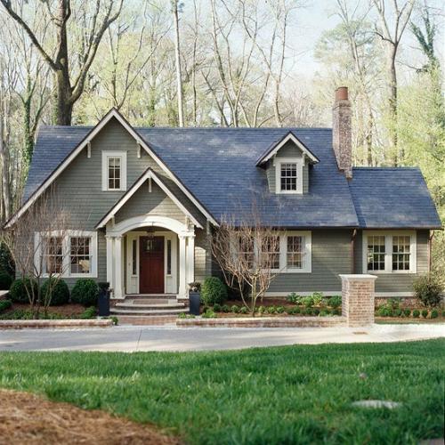 Casa cu fatada vopsita cu gri si acoperis gri petrol