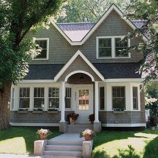 Fatada gri cu alb pentru o casa moderna cu un etaj