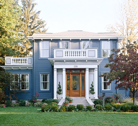 Usa intrare din lemn asortata cu fatada gri albastrui cu tamplarie alba si acoperis gri